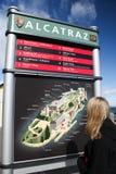 Tourist, der die Lagebestimmungskarte betrachtet. Lizenzfreie Stockfotografie