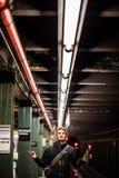 Tourist, der die Metro unter die Lichter in Brooklyn, New York wartet Stockfotos