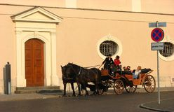 Tourist, der die Pferdewagenfahrt in Weimar genießt Lizenzfreie Stockfotografie