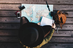Tourist, der die Weltkarte erforscht Lizenzfreies Stockfoto
