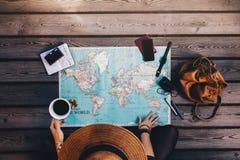Tourist, der die Weltkarte erforscht Lizenzfreies Stockbild
