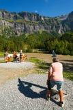 Tourist, der durch Teleskop schaut Stockfotografie