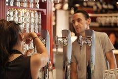 Tourist, der ein Bier in berühmten San Miguel Market, Madrid bestellt lizenzfreies stockbild