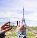 Tourist, der ein Foto des Eiffelturms macht Lizenzfreies Stockbild