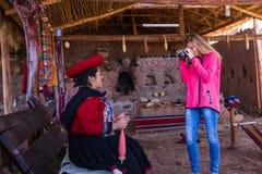 Tourist, der ein Foto eines gebürtigen Peruaners macht Stockfoto
