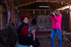Tourist, der ein Foto eines gebürtigen Peruaners macht Stockfotografie