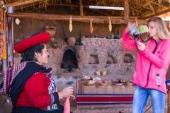 Tourist, der ein Foto eines gebürtigen Peruaners macht Lizenzfreie Stockbilder