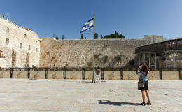 Tourist, der ein Foto an Jerusalems Klagemauer macht Lizenzfreies Stockbild