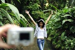 Tourist, der ein Foto mit Digitalkamera nimmt Lizenzfreie Stockbilder