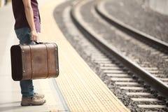 Tourist, der in eine Bahnstation wartet Stockfotos