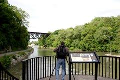 Tourist, der eine Brücke fotografiert Stockfotos