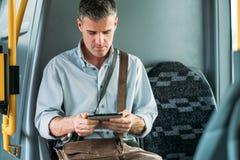 Tourist, der eine digitale Tablette verwendet Stockbild