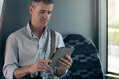 Tourist, der eine digitale Tablette verwendet Stockfotos