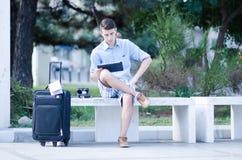 Tourist, der eine Tablette verwendet Lizenzfreie Stockfotos