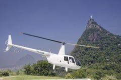 Tourist, der einem Hubschrauberausflug des Christus den Erlöser nimmt stockbilder