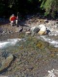 Tourist, der einen Fluss aufpasst Stockbild