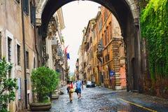 Tourist, der entlang über Giulia geht Lizenzfreie Stockfotografie