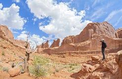 Tourist, der Fotos einer schönen Landschaft macht Lizenzfreie Stockfotos