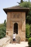 Tourist, der Fotos eines summerhouse in Alhambra Palace Garden, Spanien macht stockbilder