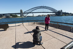 Tourist, der Fotos am Opernhaus macht Stockbild
