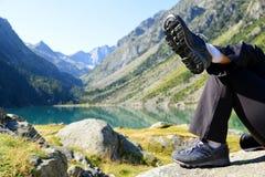 Tourist, der am Gaube See stillsteht Pyrenäen-Berg lizenzfreie stockfotos