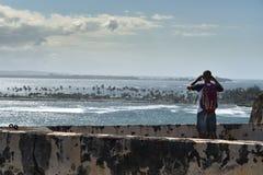 Tourist, der heraus über San- Juanhafen schaut stockfoto