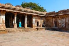 Tourist, der am Hof bei Sarkhej Roza, Makarba, Ahmedabad in Gujarat steht Stockfoto