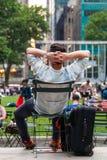 Tourist, der im Park stillsteht lizenzfreie stockfotografie