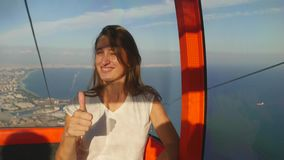 Tourist der jungen Frau, der auf dem Weg in der Drahtseilbahn zur Spitze des Kunektepe Teleferik sitzt