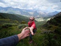 Tourist der jungen Frau in der alpinen Zone im Sommer Stockfoto