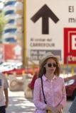 Tourist der jungen Frau, der auf die Straße geht stockbilder