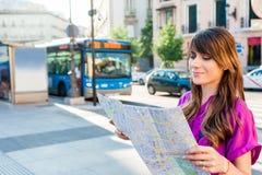 Tourist der jungen Frau, der eine Papierkarte hält Lizenzfreie Stockfotos