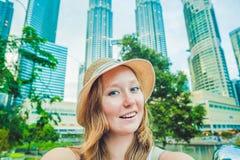 Tourist der jungen Frau, der selfie auf dem Hintergrund von Wolkenkratzern macht Tourismus, Reise, Leute, Freizeit und Technologi Stockfotografie