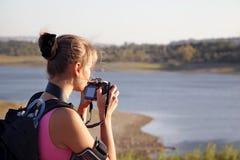 Tourist der jungen Frau mit Kamera auf Natur Lizenzfreies Stockfoto