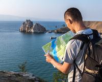 Tourist, der Karte betrachtet Stockbild