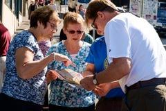 Tourist, der Karte betrachtet Lizenzfreie Stockbilder
