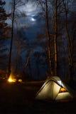 Tourist, der mit Feuer nachts kampiert Lizenzfreies Stockfoto