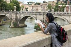 Tourist in der Mitte von Rom lizenzfreies stockbild