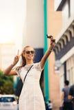 Tourist, der selfie in einer Straße unter Verwendung einer Digitalkamera nimmt Lizenzfreie Stockfotos