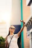 Tourist, der selfie in einer Straße unter Verwendung einer Digitalkamera nimmt Stockfotografie