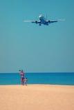 Tourist, der selfie mit der Fläche auf dem Strand tut Lizenzfreie Stockbilder