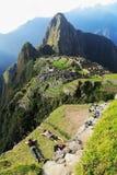 Tourist, der sich bei Machu Picchu, Peru hinlegt Stockbilder