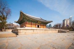 Tourist, der um Deoksugungs-Palast geht Lizenzfreies Stockfoto
