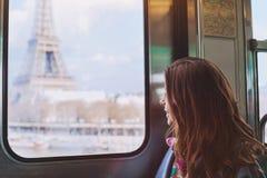 Tourist, der zum Eiffelturm in Paris schaut Stockfotografie