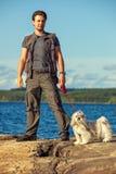 Tourist des jungen Mannes mit Hund Stockfoto