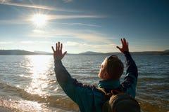 Tourist des kurzen Haares in der blauen Kleidung entlang Strandküste mit dem blauen skyin Hintergrund Stockfotografie