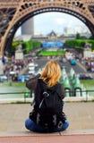 Tourist am Eiffelturm Stockfotografie