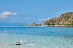 Tourist ein Sonnenbad nehmendes schwimmendes Palawan Philippinen stockfoto