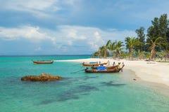 Tourist fahren zum Koh Lipe-Sonnenaufgangstrand mit dem longtail Boot Stockbild