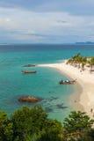 Tourist fahren zum Koh Lipe-Sonnenaufgangstrand mit dem longtail Boot Stockfoto